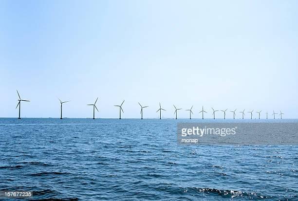 Reihe von Windturbinen vor der Küste von Kopenhagen, Dänemark