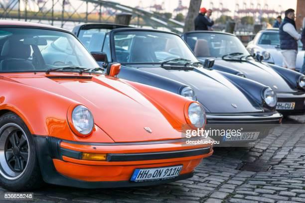 una fila de vehículos estacionados de porsche 911 durante el evento con magnus walker en el mercado de pescado hamburgo - porsche 911 descapotable fotografías e imágenes de stock