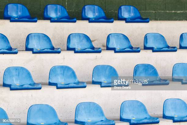 row of seats - empty bleachers stockfoto's en -beelden