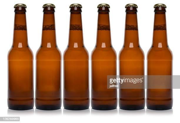 Rangée de six brown Bouteille de bière sur fond blanc