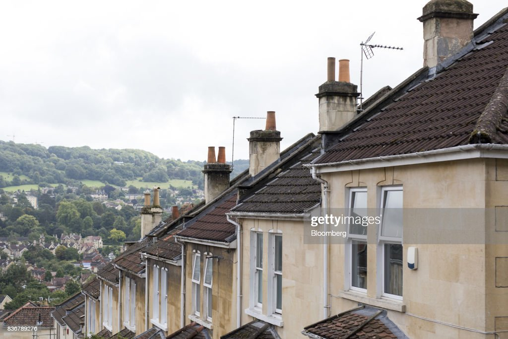 A row of terraced houses sit on a suburban street in Bath, U.K. on Monday, Aug. 21, 2017. U.K. property prices stagnated in July as a slump in London values spread to neighboring areas, according to theRoyal Institution of Chartered Surveyors. Photographer: Jason Alden/Bloomberg via Getty Images