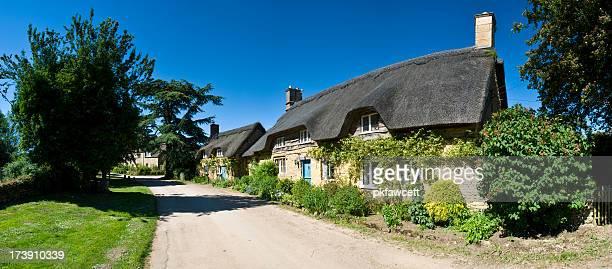 Reihe von strohgedeckten Hütten