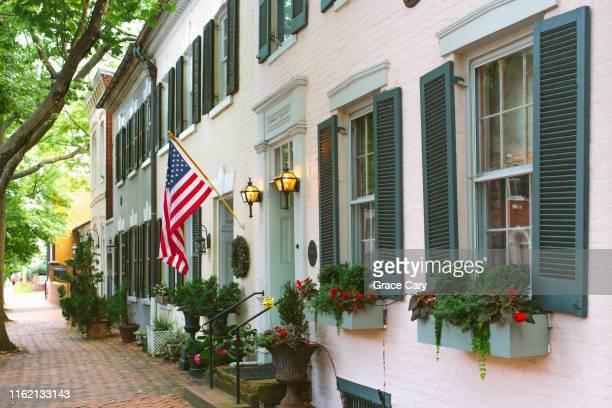 row of townhomes in historic district - バージニア州 アレクサンドリア ストックフォトと画像