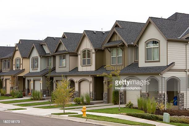 row of townhouses - terraced_house stock pictures, royalty-free photos & images