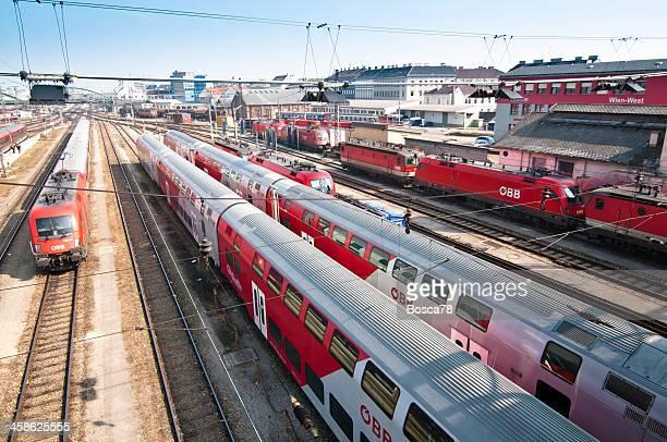 zeile der zug im bahnhof westbahnhof wien, österreich - wien österreich stock-fotos und bilder