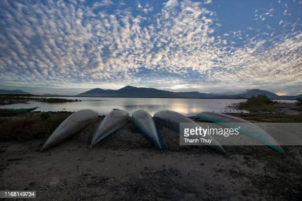 row of vietnamese fishing boat on sea coast in morning - quảng ngãi stockfoto's en -beelden