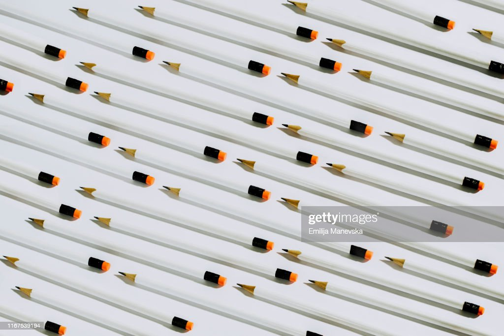 Row of white pencils lying on a white background : Foto de stock