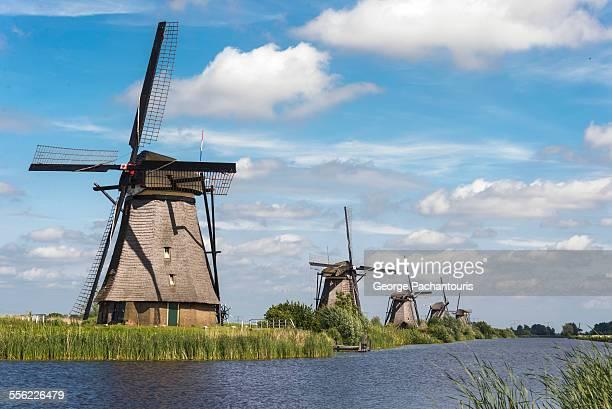 row of windmills in kinderdijk - molen stockfoto's en -beelden