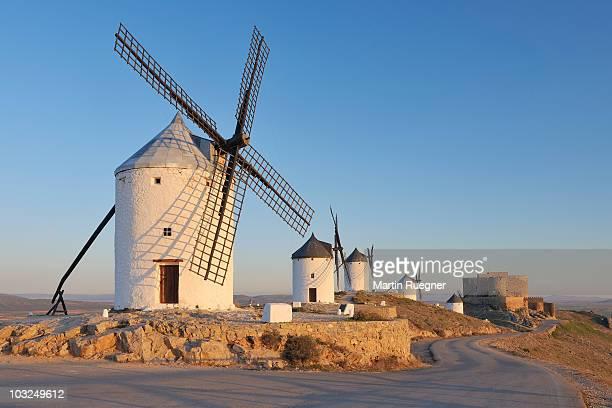 row of windmills with castle near consuegra. - castilla la mancha fotografías e imágenes de stock