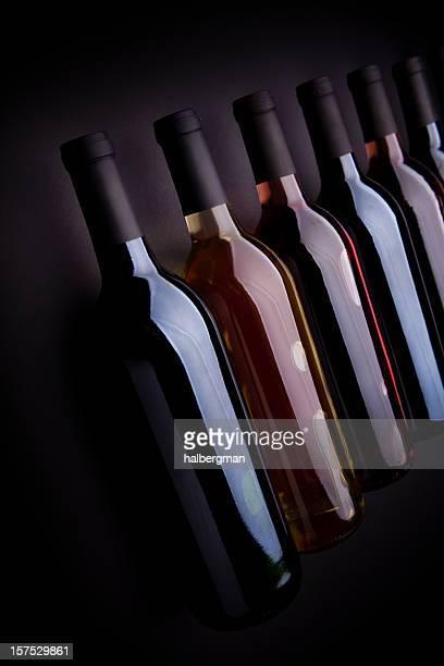 Reihe von Wein Flaschen