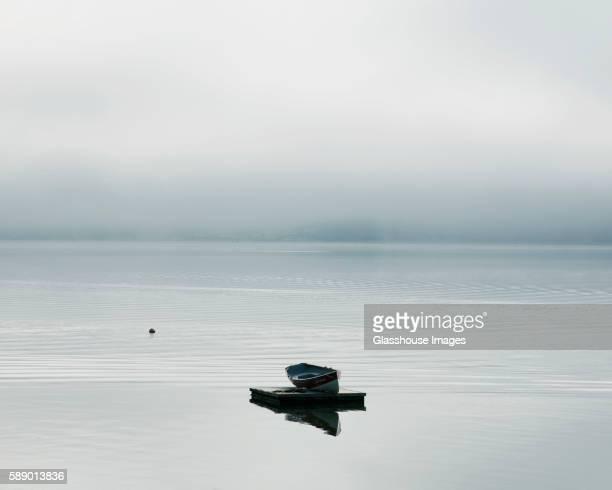 rowboat floating on a dock - bleu clair photos et images de collection