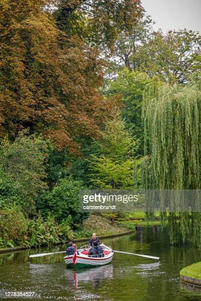 bote de remos en un canal en un antiguo parque - selandia fotografías e imágenes de stock