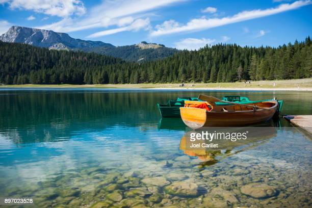 rowboats on black lake at durmitor national park, montenegro - montenegro imagens e fotografias de stock