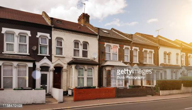 rowhouses in the district of stratford, in the east end of london, borough of newham. london, uk - groot brittannië stockfoto's en -beelden