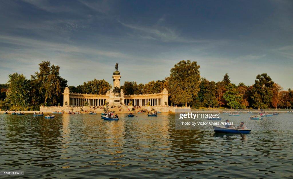 Rowing boats. Pond and monument to Alfonso XII in Buen Retiro Park (El Retiro), Madrid, Spain : Foto de stock