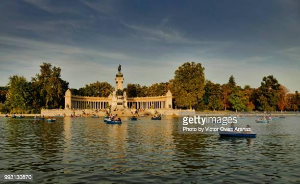 rowing boats. pond and monument to alfonso xii in buen retiro park (el retiro), madrid, spain - victor ovies fotografías e imágenes de stock