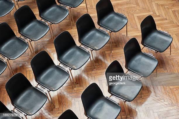 室内に並んだ椅子