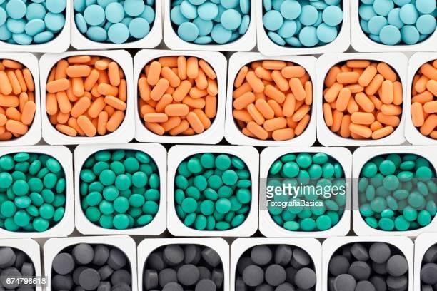 Reihen von bunten Pillen