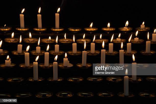 rows of prayer candles - cero foto e immagini stock