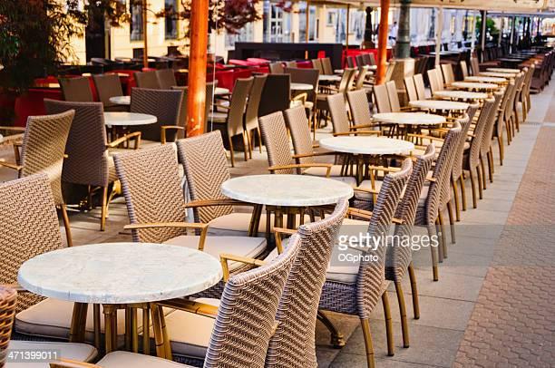 filas de tablas en el café al aire libre - ogphoto fotografías e imágenes de stock
