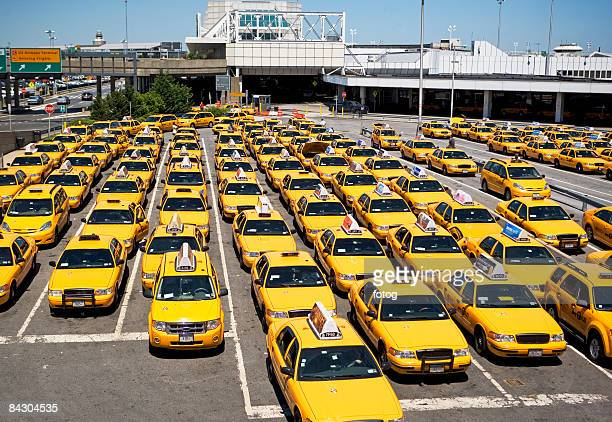 rows of taxis waiting at airport - laguardia airport stock pictures, royalty-free photos & images