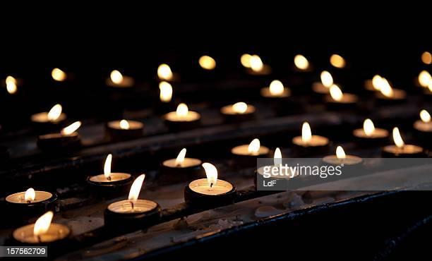 righe di candele votiva in chiesa - cero foto e immagini stock