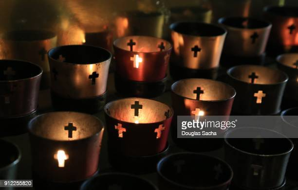 rows of votive candles - cero foto e immagini stock
