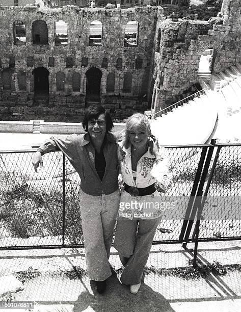 Roy Black Ehefrau Silke Vagts Flitterwochen Akropolis Athen Griechenland Europa sw schwarzweiss Urlaub Ausgrabungsstätte Sänger Schauspieler Promi SC