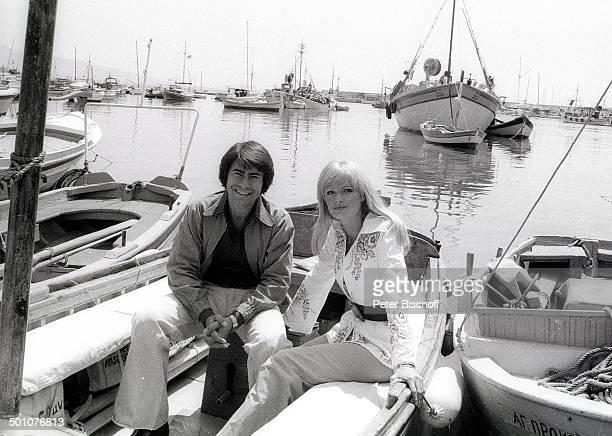 Roy Black Ehefrau Silke Vagts Flitterwochen Piräus bei Athen Griechenland Europa sw schwarzweiss Urlaub Hafen Mittelmeer Boote Sänger Schauspieler...