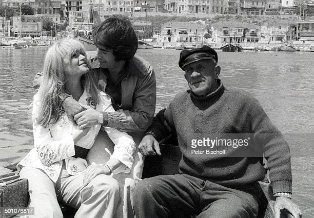 Roy Black Ehefrau Silke Vagts griechischer Fischer Flitterwochen Piräus bei Athen Griechenland Europa sw schwarzweiss Urlaub Mittelmeer Hafen Boot...