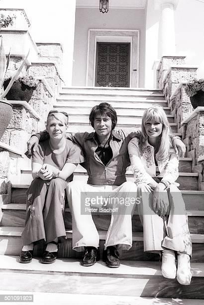 Roy Black Ehefrau Silke Vagts links Ellen Rupp Flitterwochen Piräus bei Athen Griechenland Europa sw schwarzweiss Urlaub Mittelmeer Sänger...