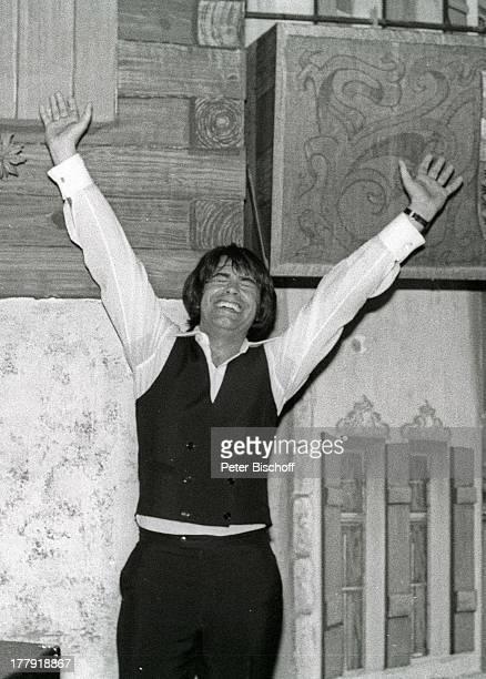 Roy Black, Konzert, USA-Tournee, Los Angeles, Kalifornien, Amerika, USA, Bühne, Auftritt, winken, lächeln, glücklich, s/w, schwarz-weiß,...