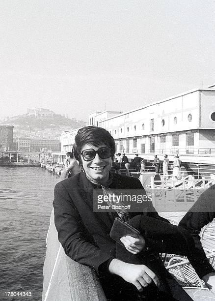 Roy Black Landausfliug während MittelmeerKreuzfahrt Tunis Tunesien Afrika sw schwarzweiß Urlaub Sonnenbrille SchlagerSänger Schauspieler Musiker