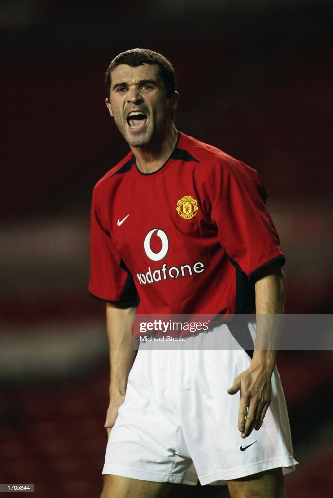 Roy Keane of Manchester United shouting at his team mates : ニュース写真