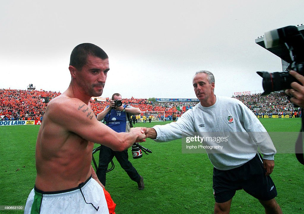 Roy Keane shakes hands with Mick McCarthy : News Photo