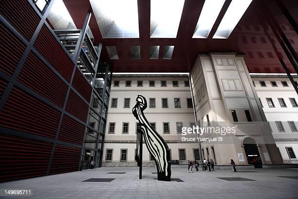 roy lichtenstein brushstroke sculpture in covered plaza of reina sofia national art museum (museo nacional de arte reina sofia). - arte stock-fotos und bilder
