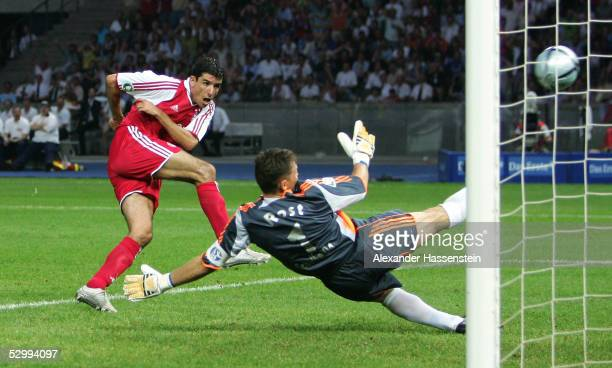 Roy Makaay of Munich scores the first goal during the German Football Federations Cup Final between FC Schalke 04 and Bayern Munich on May 28, 2005...
