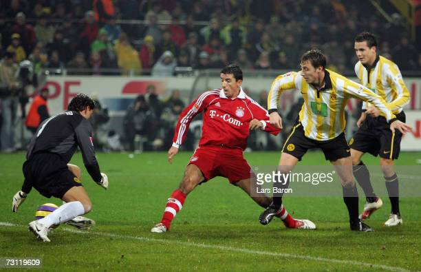 Roy Makaay of Munich scores the third goal during the Bundesliga match between Borussia Dortmund and Bayern Munich at the Signal Iduna Park on...