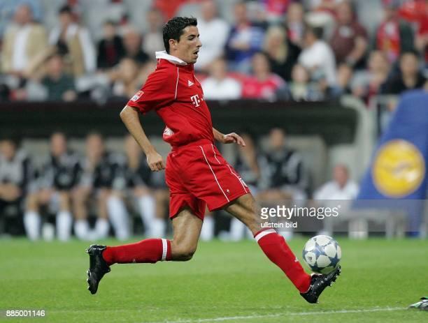 Roy Makaay Stuermer FC Bayern München Niederlande führt den Ball am Fuß