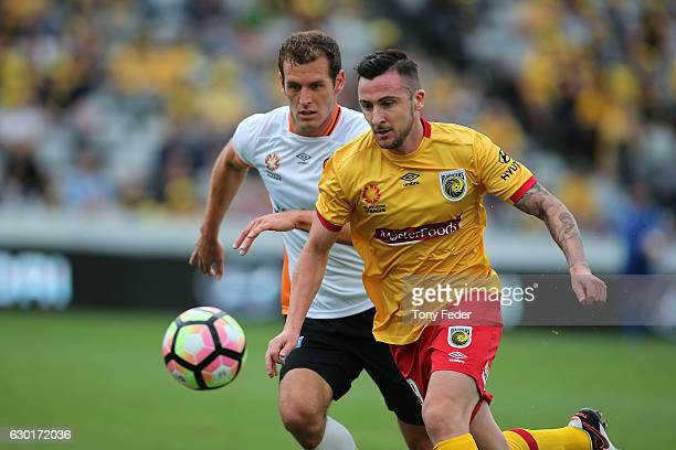 Roy O'Donovan of the Mariners contests the ball with Luke De Vere of the Roar during the round 11 ALeague match between the Central Coast Mariners...