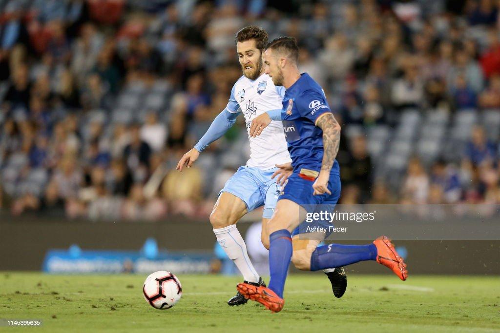 A-League Rd 27 - Newcastle v Sydney : News Photo