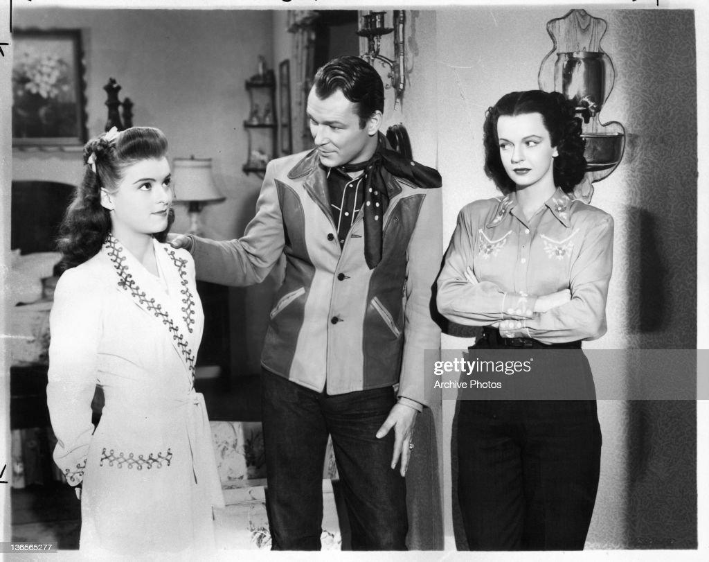 Roy Rogers In 'Cowboy And The Senorita' : Nieuwsfoto's