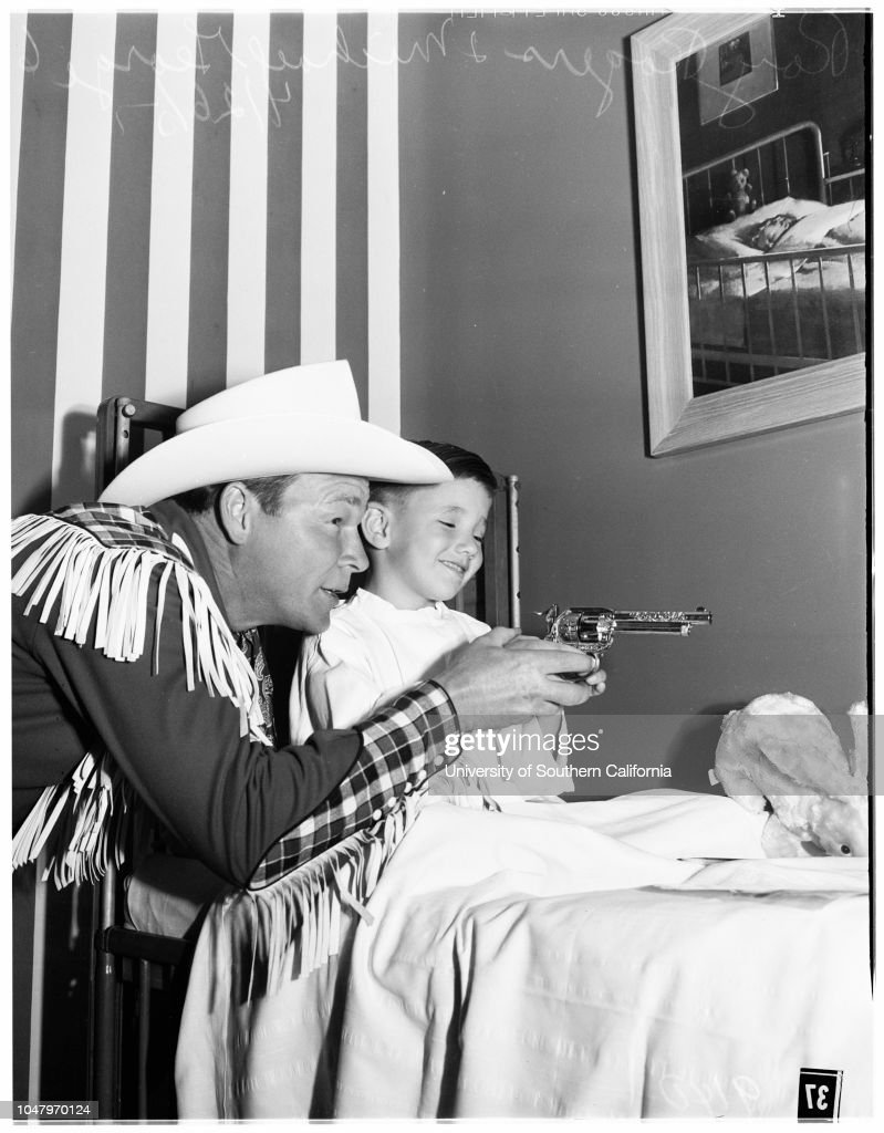 Roy Rogers visits at St. Joseph's Hospital (Burbank), 1951 : News Photo