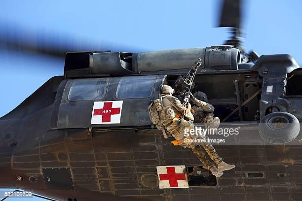 royal australian air force aircraftman is hoisted onto a uh-60 black hawk. - オーストラリア軍 ストックフォトと画像