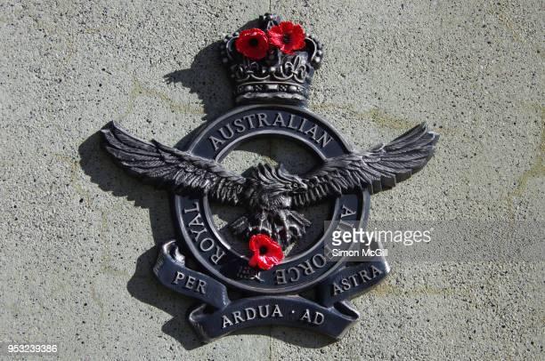 royal australian air force insignia on the australian service nurses national memorial, anzac parade, canberra, australian capital territory, australia - オーストラリア空軍 ストックフォトと画像