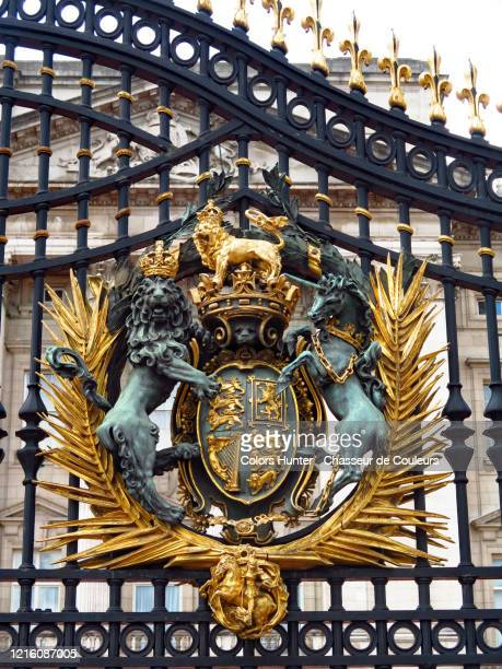 royal coat of arms on the gates of buckingham palace - buckingham palace crest stock pictures, royalty-free photos & images