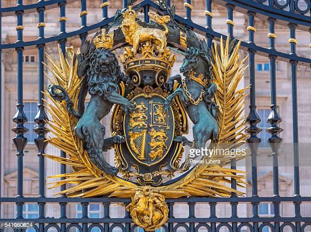 royal crest on the gates at buckingham palace - buckingham palace crest stock pictures, royalty-free photos & images
