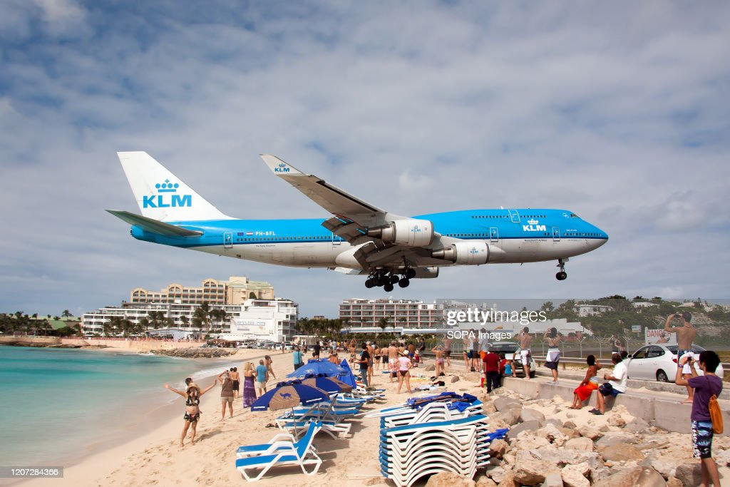 A KLM Royal Dutch Airlines Boeing 747-400 lands at Princess... : News Photo
