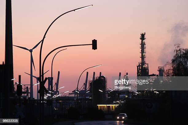 shell refinery up for purchase ストックフォトと画像 getty images