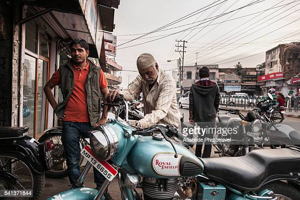 royal enfield mechanic atelier in old town - indian royal enfield stock pictures, royalty-free photos & images